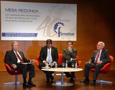 Los exministros José Luis Corcuera (i.) y Juan Carlos Aparicio (d.), junto al presidente de Cepyme, Antonio Garamendi (2º por la d.), y al vicepresidente de Femebur, Esteban Pérez, en la mesa de debate celebrada con motivo del 40 aniversario de Femebur.