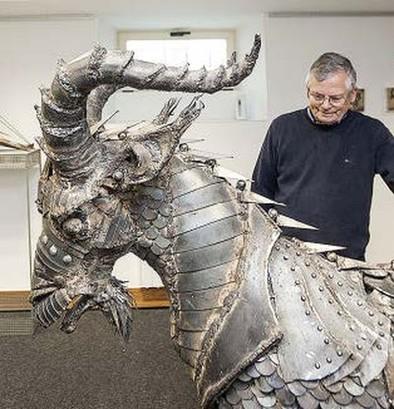 Con hierro reciclado ha creado un macho cabrío de tamaño natural.