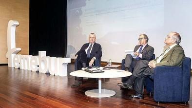 José María Fidalgo, Graciano Palomo y Rodolfo Martín Villa (de izquierda a derecha), durante la charla.